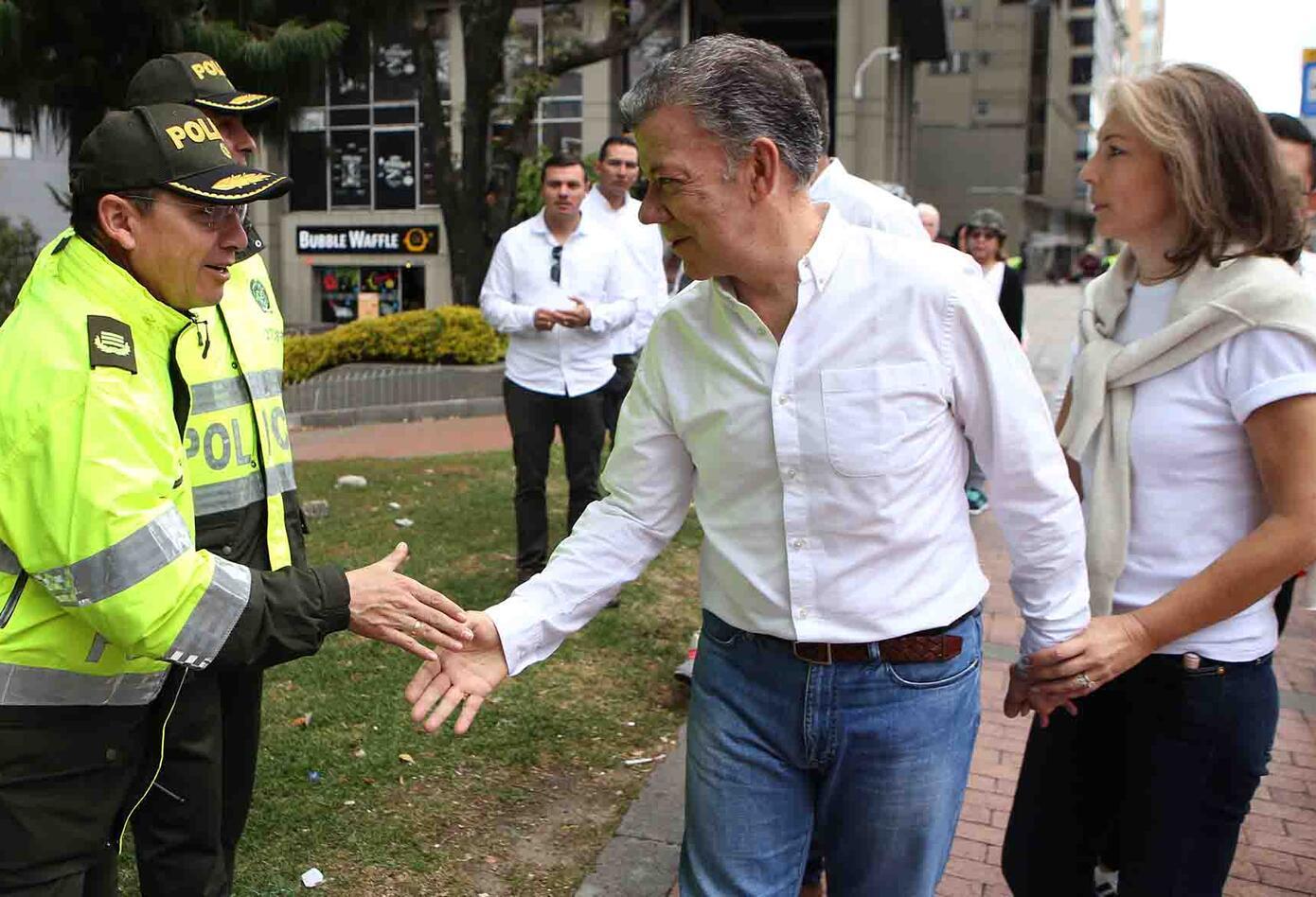 El expresidente Juan Manuel Santos, uno de los marchantes contra el terrorismo, también saludó a varios policías.