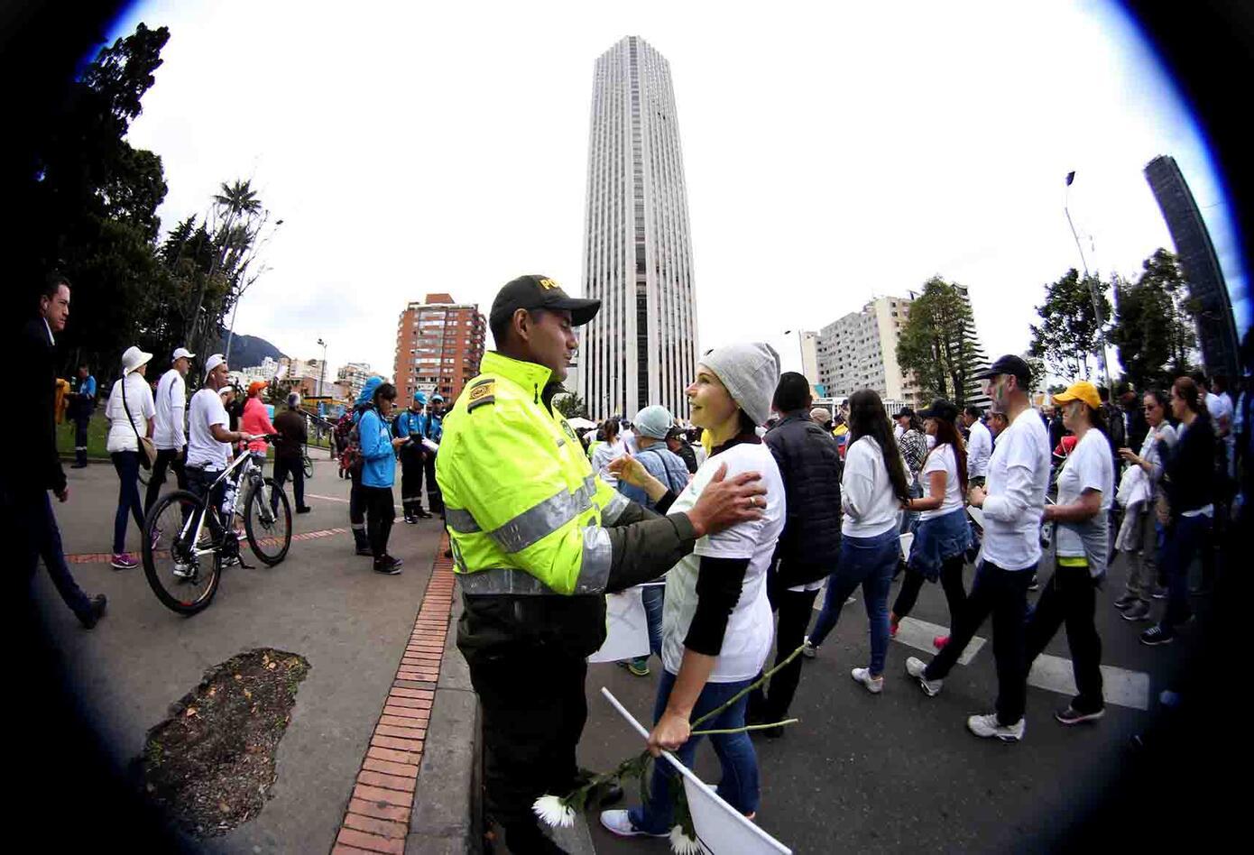 Los policías no ocultaron su emoción en medio de la marcha.