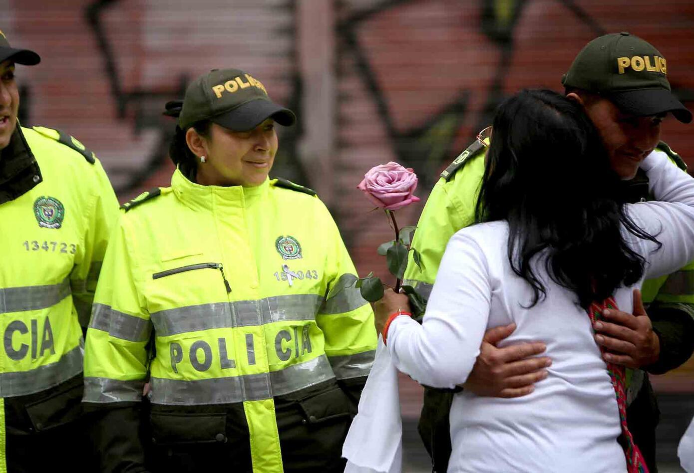 Una abrazatón se dio también en la marcha contra el terrorismo.