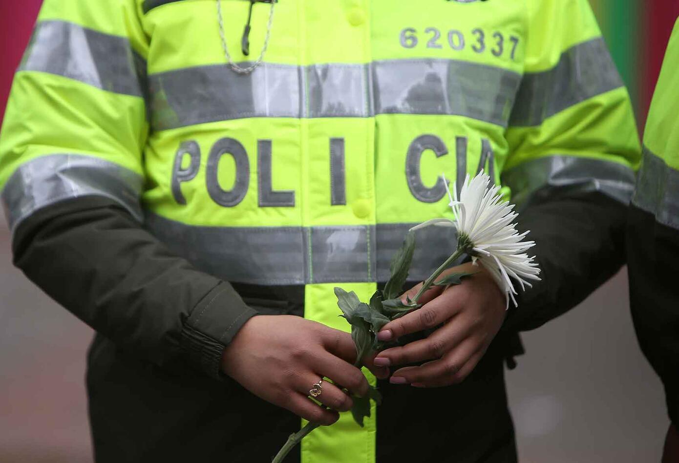 En medio de su dolor, los uniformados también dijeron NO al terrorismo.