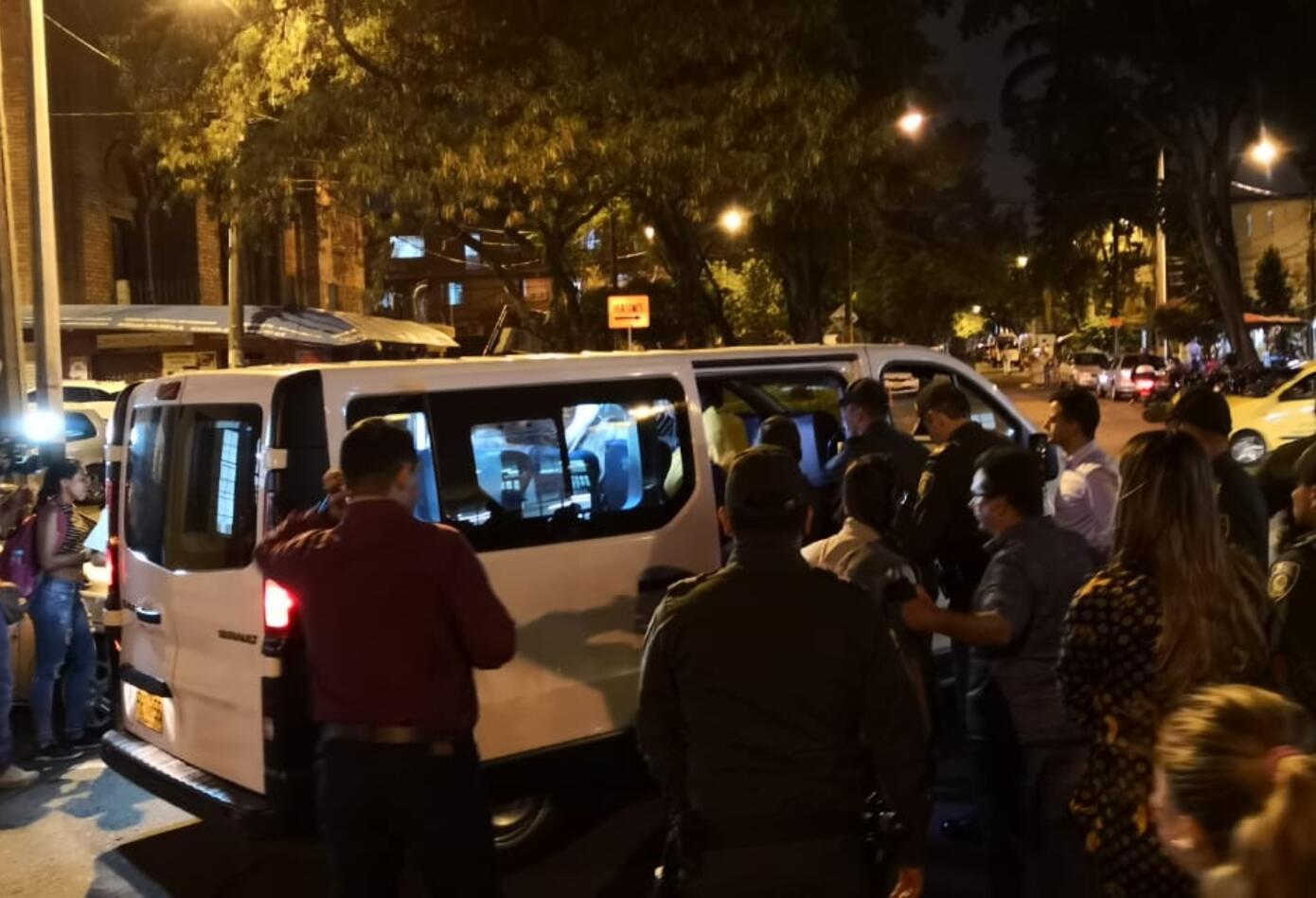Fans y amigos en las afueras del hospital donde murió Legarda