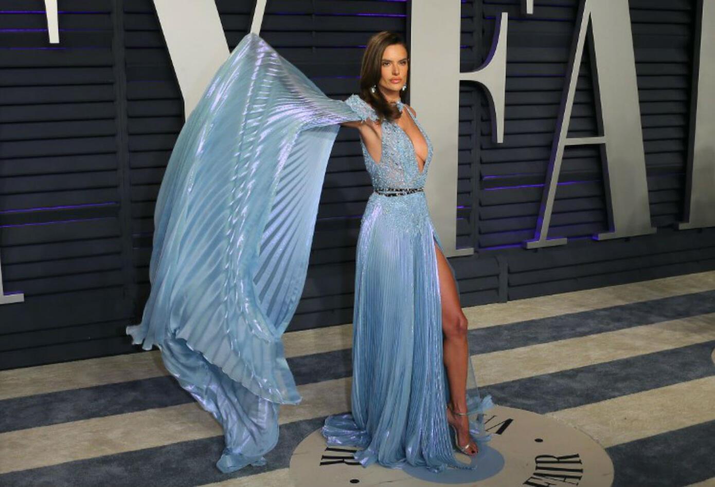 La modelo brasileña, Alessandra Ambrosio en la fiesta de Vanity Fair, posterior a los Premios Óscar