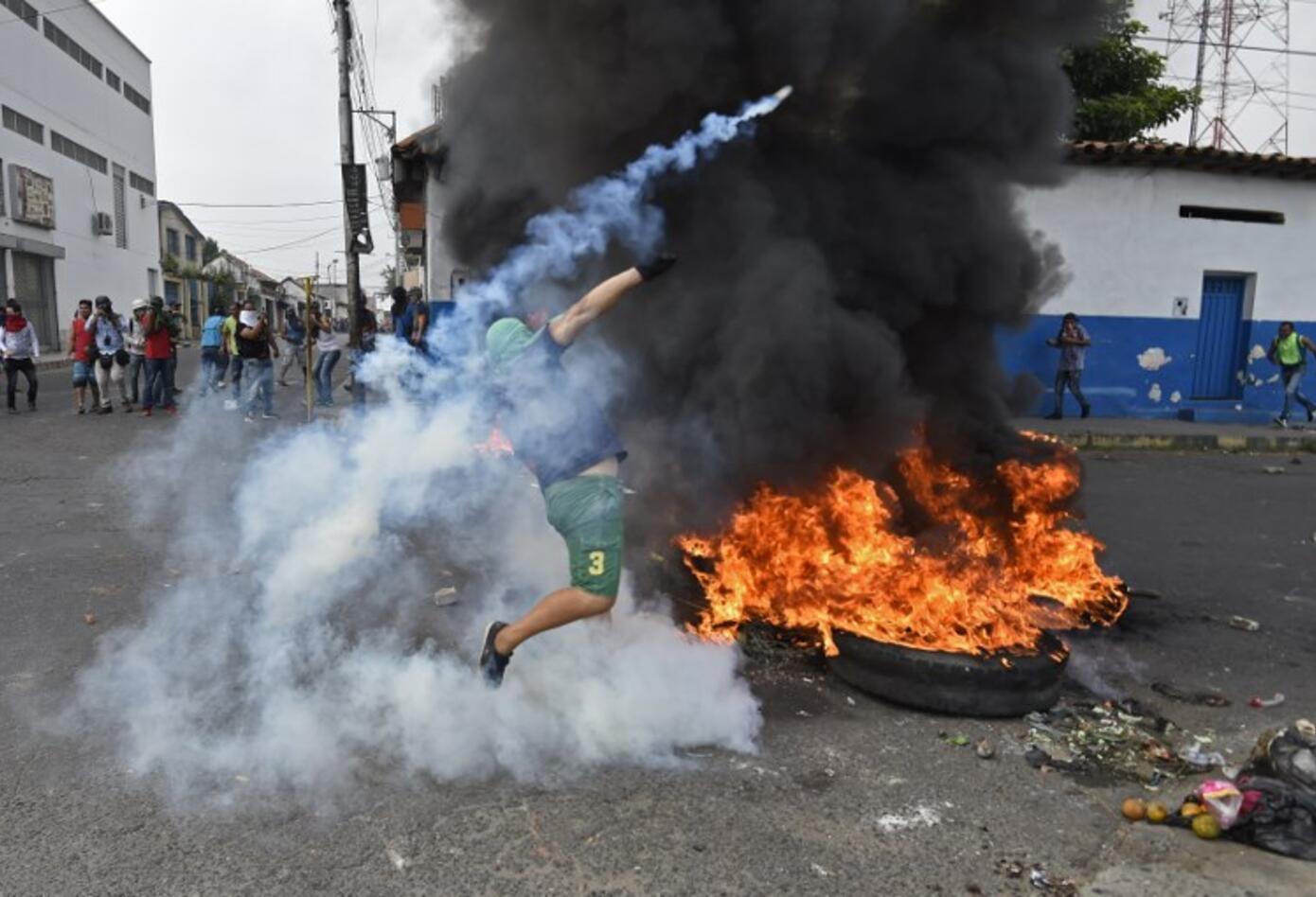 Manifestantes se enfrentan a la Guardia Nacional en Ureña
