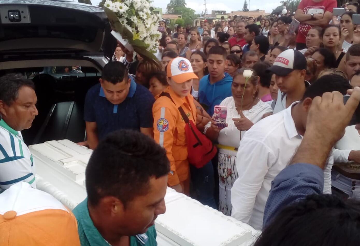Sepelio en Ibagué de mujer e hijo que se lanzaron desde un puente