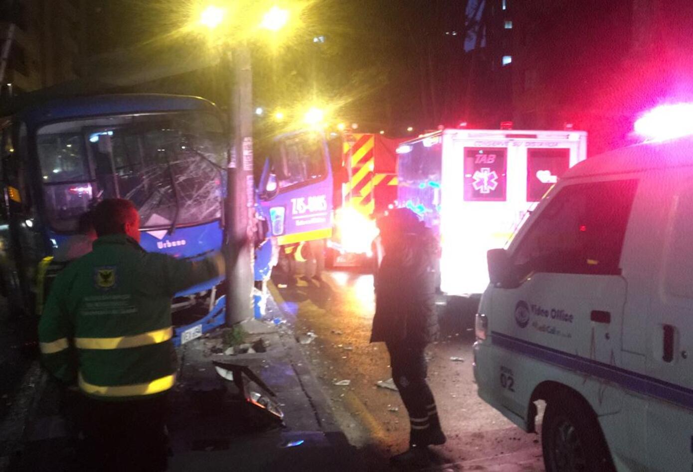 Bus del SITP chocó contra poste de luz