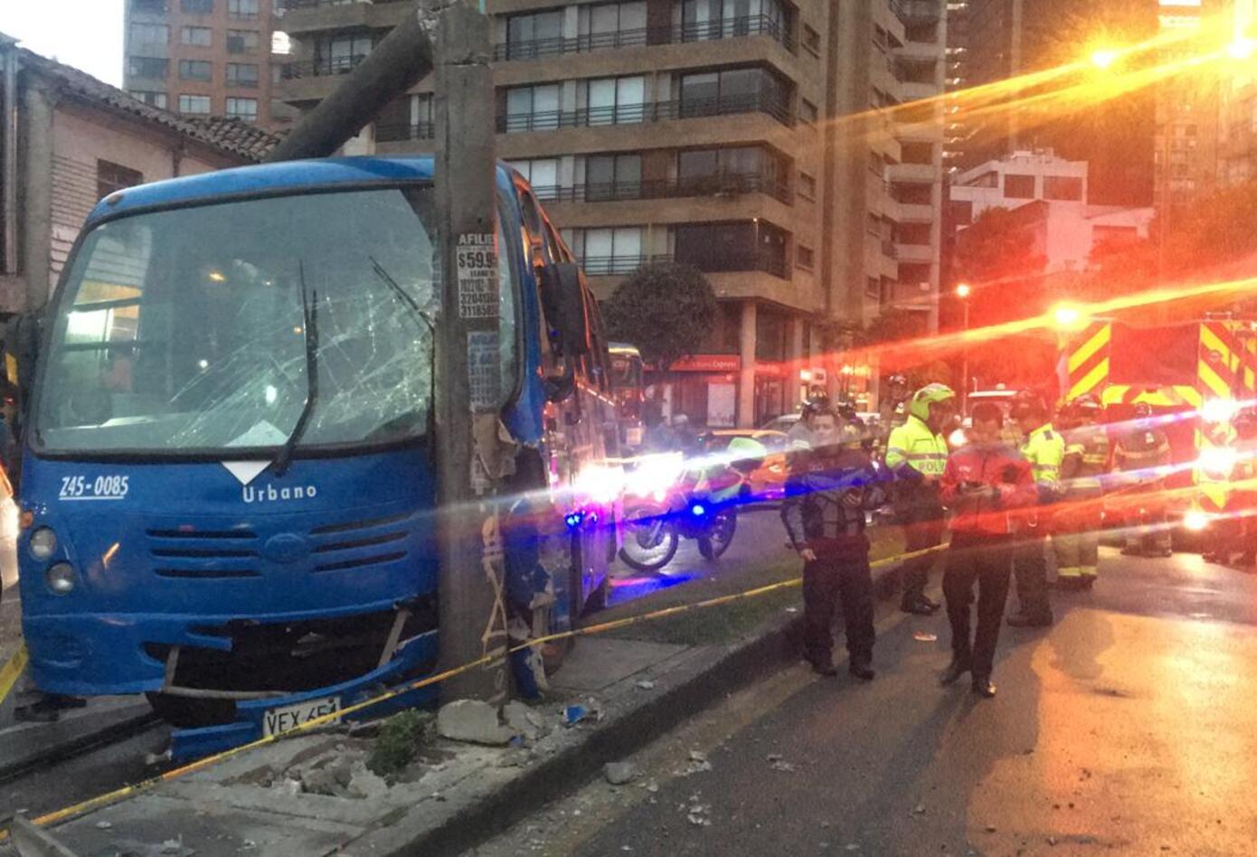 Bus del SITP se accidentó contra un poste en Teusaquillo.