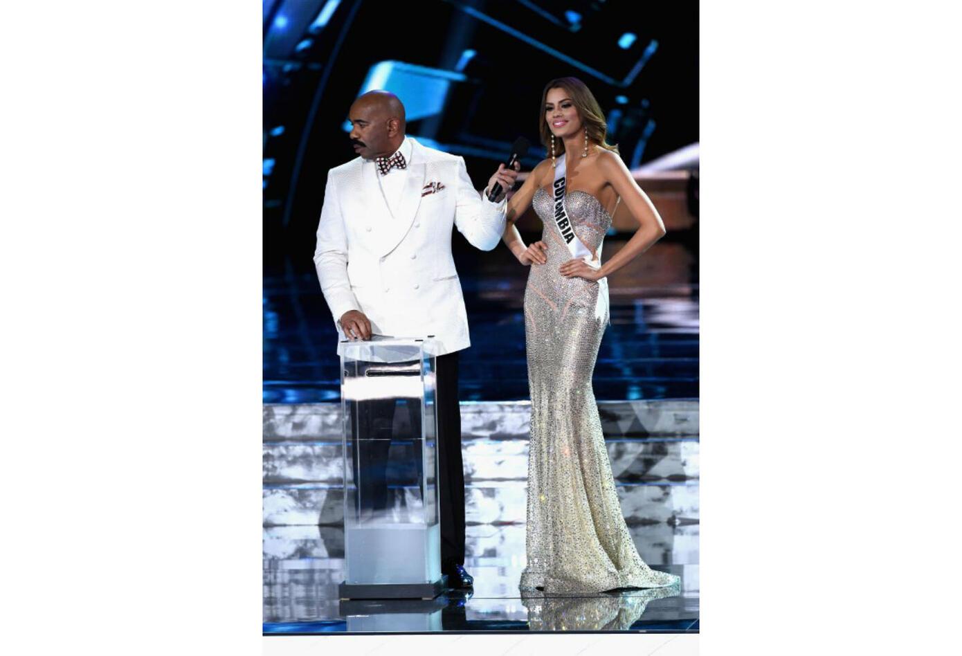 Ariadna Gutiérrez junto al presentador Steve Harvey en Miss Universo