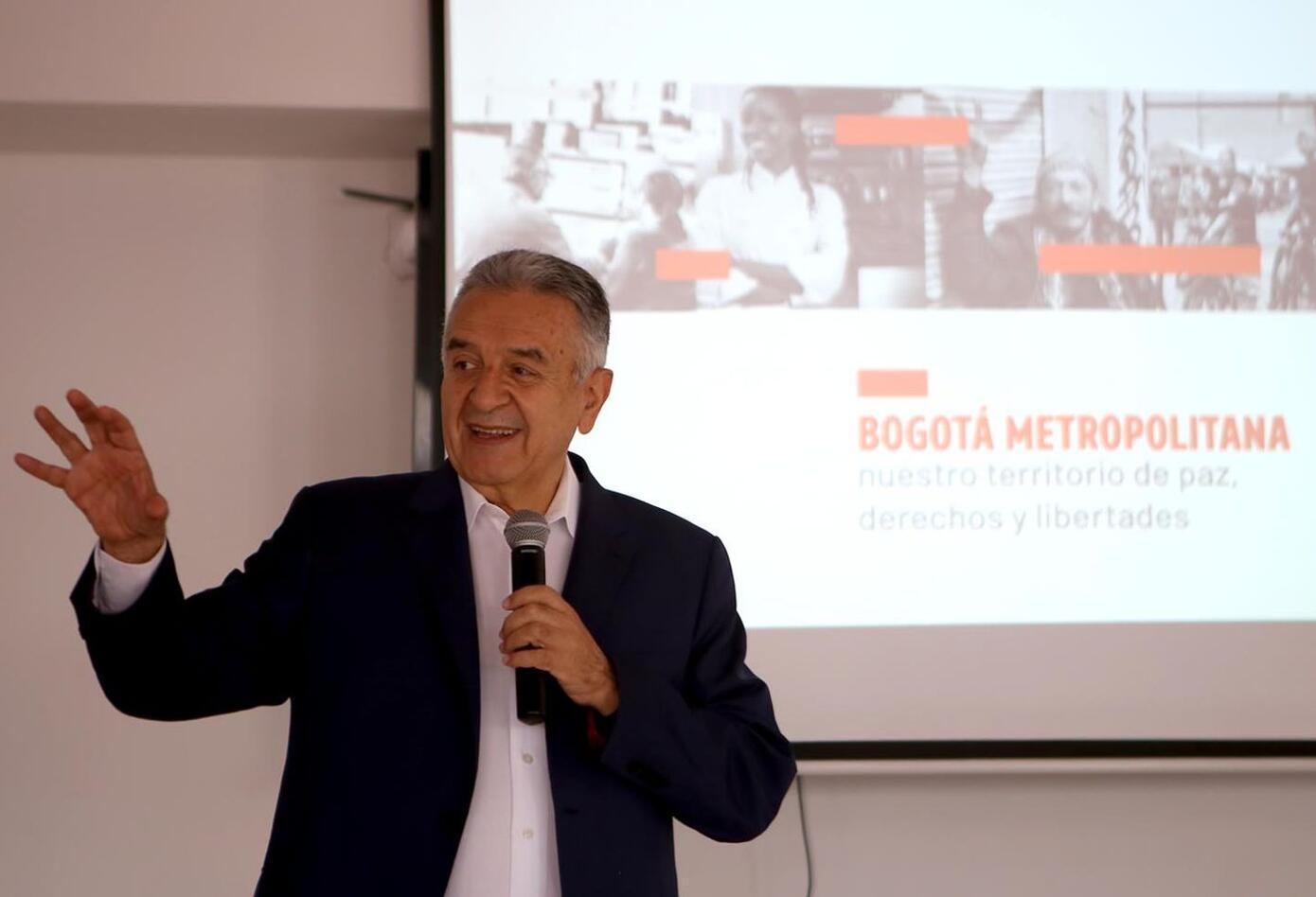 """""""Regresé para promover la agenda social de la Bogotá metropolitana"""", recalcó Lucho Garzón."""