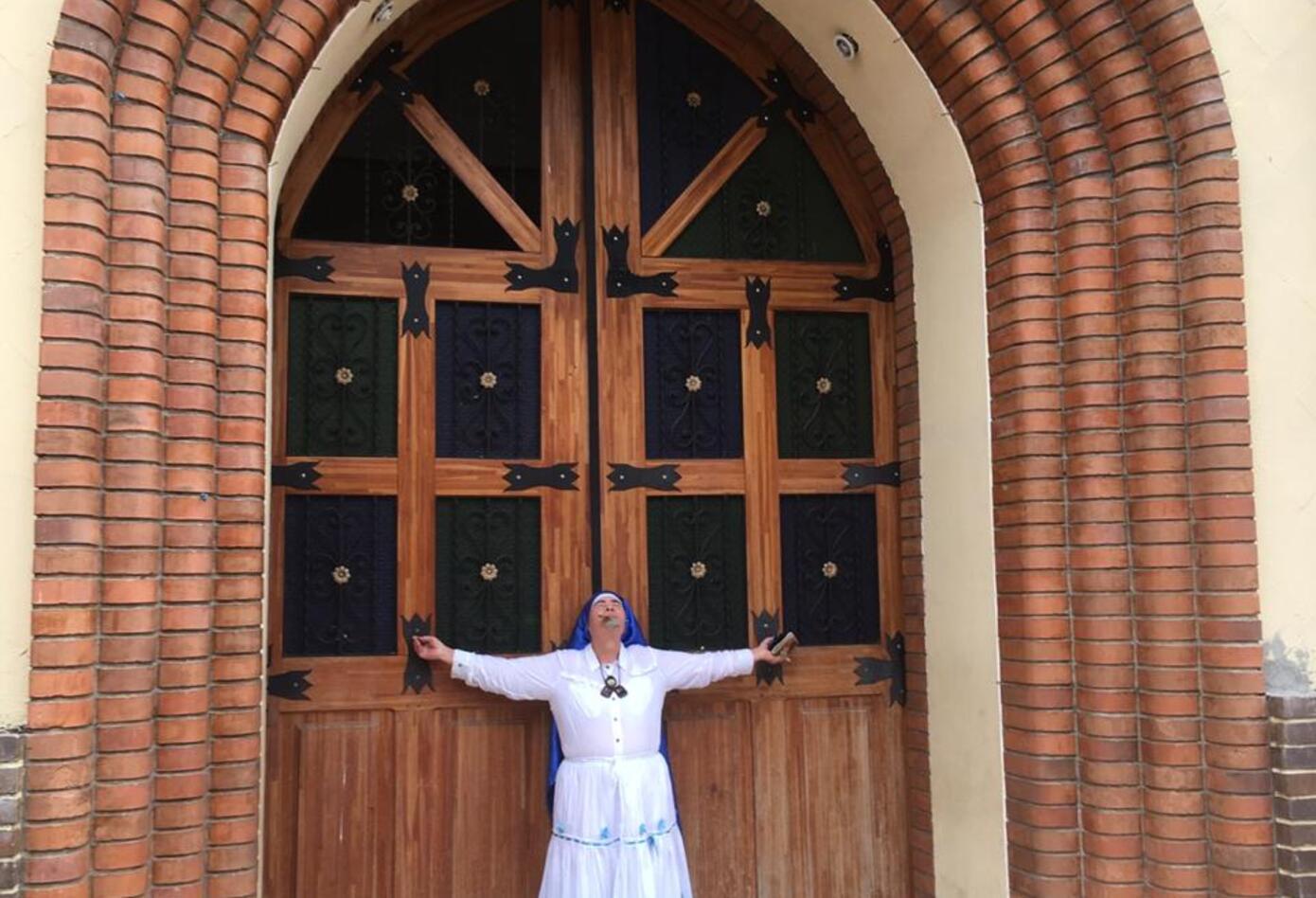 Mujer implorando en iglesia de Tarazá