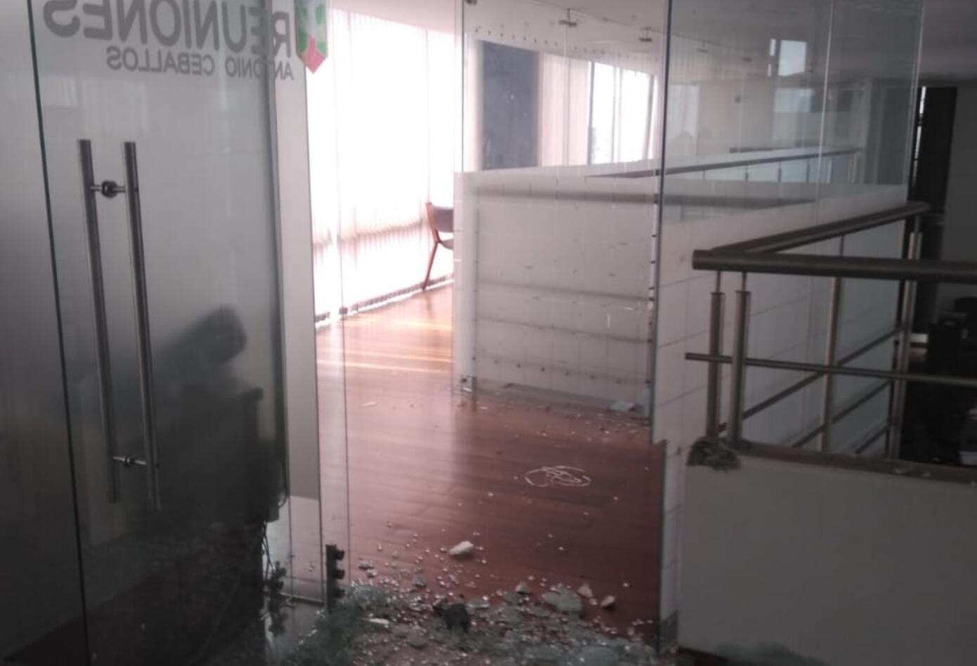 La seguridad del edificio reportó los daños.