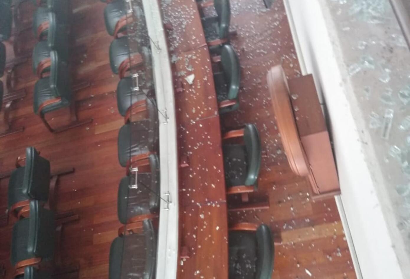 Varios vidrios se vinieron al piso.