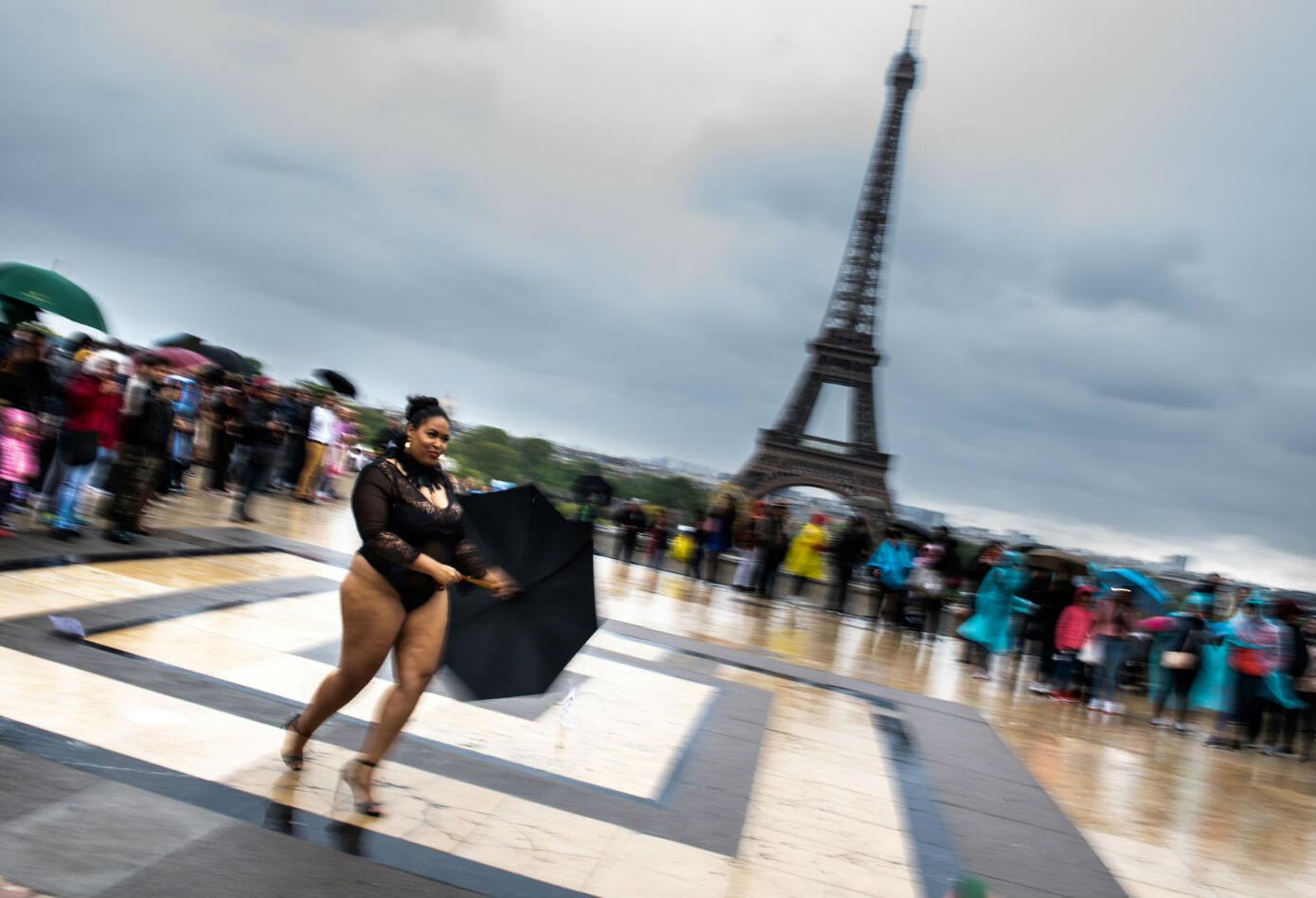 Modelos gorditas desfilaron frente a la Torre Eiffel