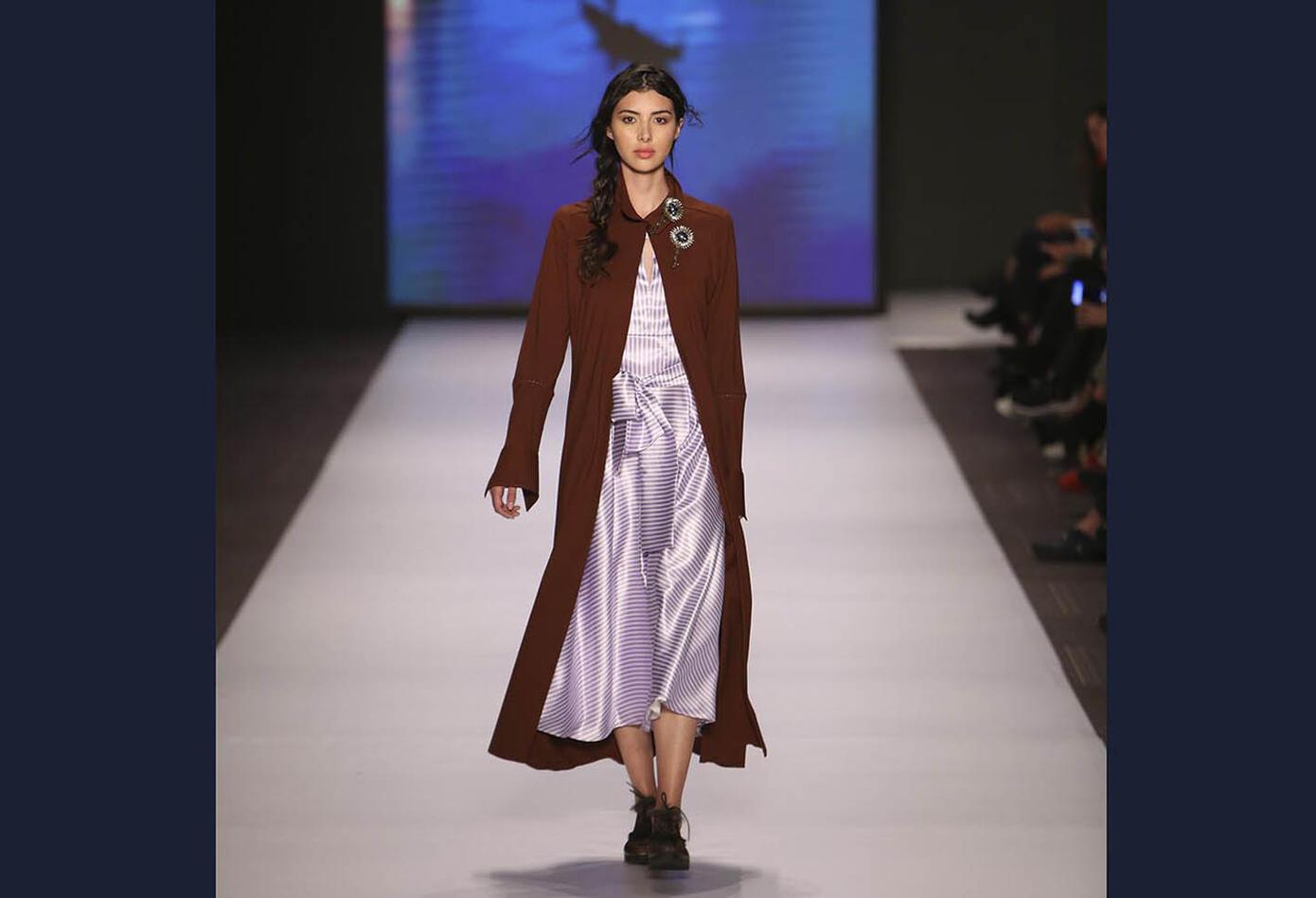 Bettina Spitz destacó en la pasarela por su combinación juvenil y elegancia.