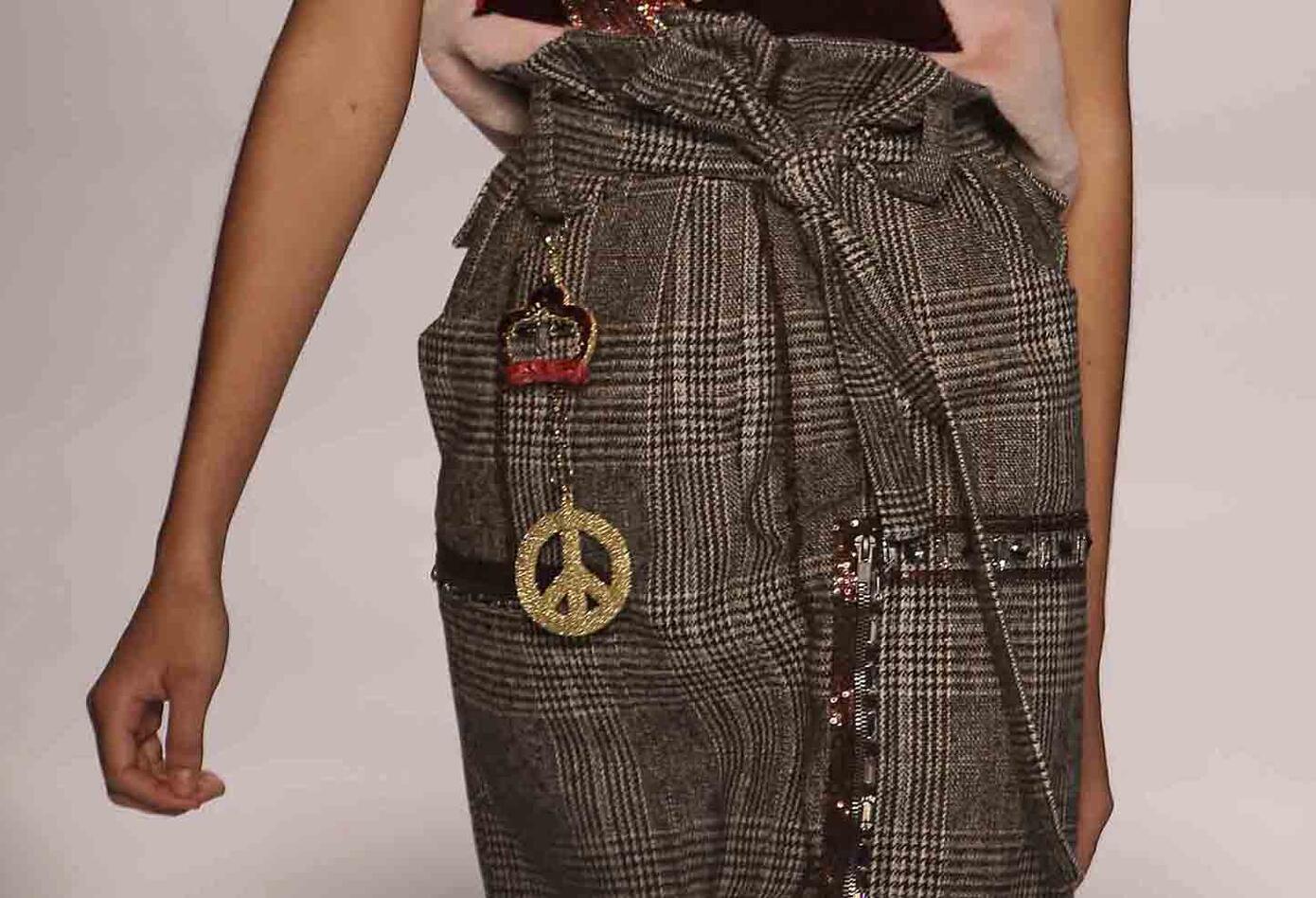 Algunas prendas lucieron accesorios y detalles en lentejuelas y brillantes.