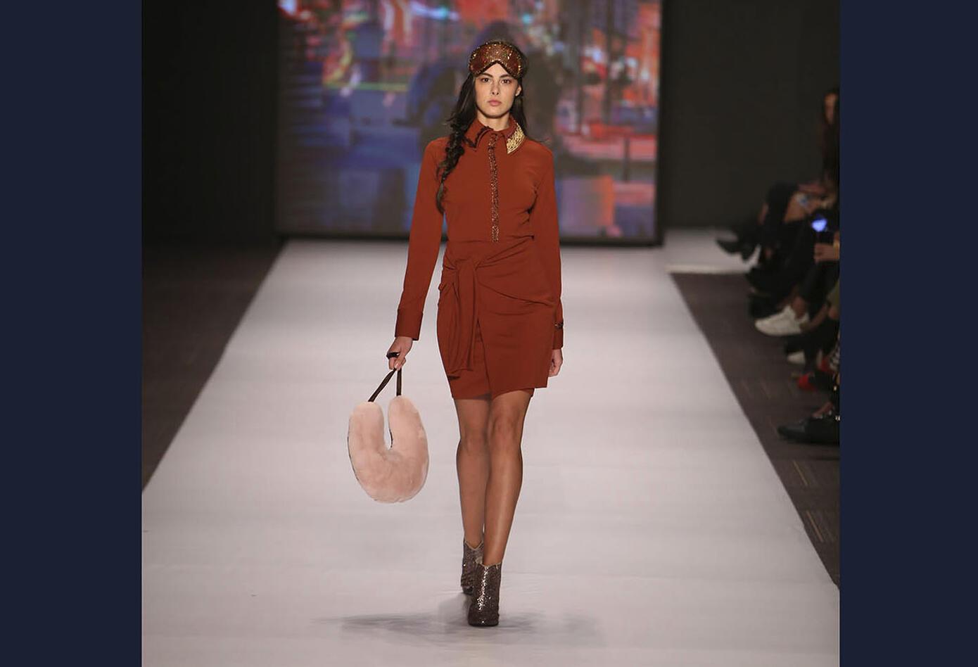 La elegancia y la irreverencia juvenil marcaron huella en la pasarela de la diseñadora colombo-alemana.