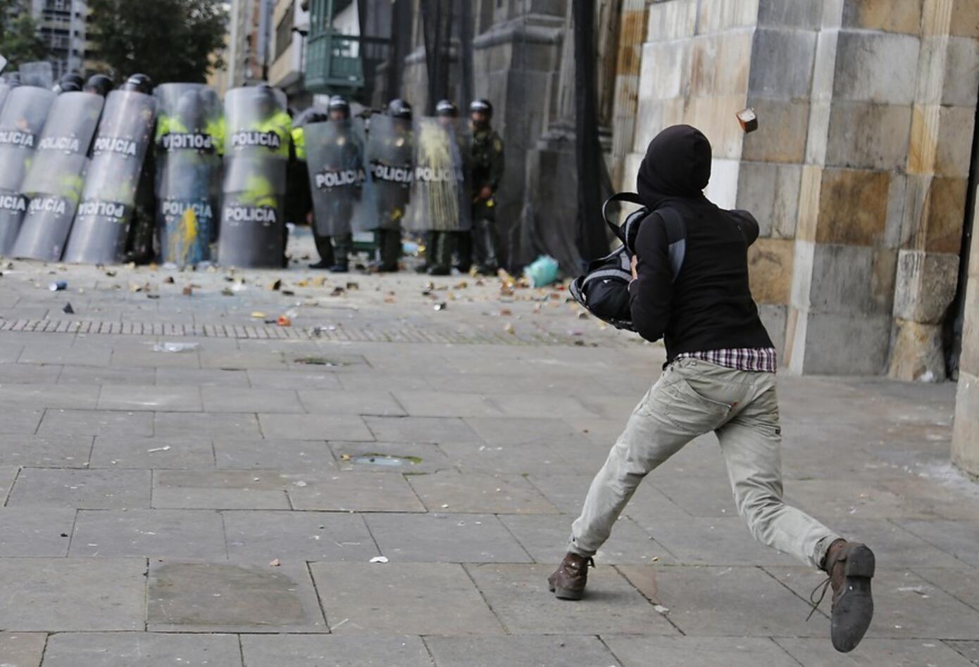 Palos y piedras lanzaban algunos desadaptados a la Policía.