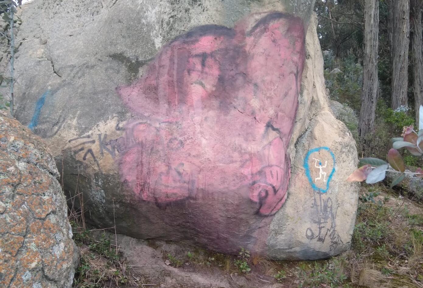 Grafitis y otros daños en piedras milenarias en Soacha