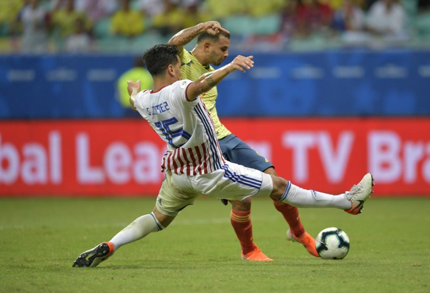 Edwin Cardona lucha por la pelota