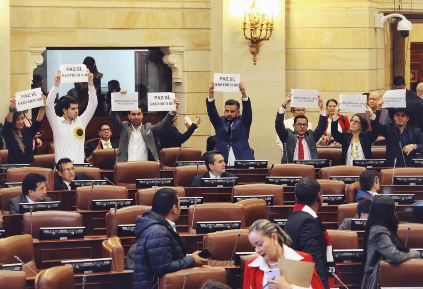 Con carteles se pronunció la Alianza Verde contra la llegada de Jesús Santrich al Congreso.