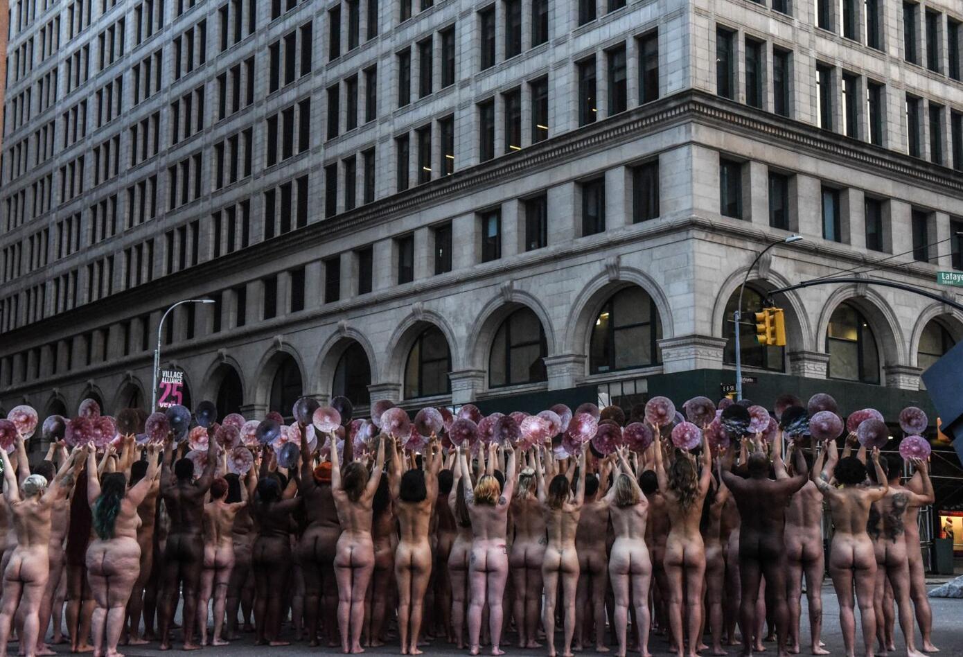 Al menos cien personas posaron desnudas este lunes frente a la sede de Facebook en Nueva York.