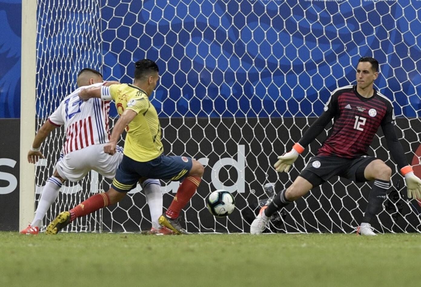Radamel Falcao ataca el arco de Paraguay