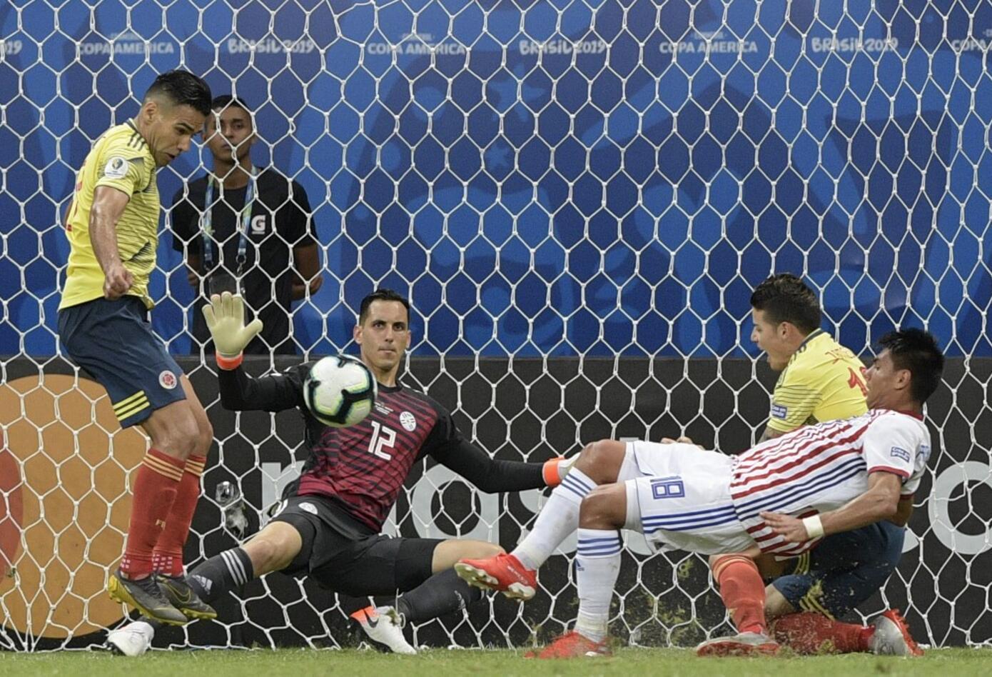 Radamel Falcao con la Selección Colombia vs Paraguay