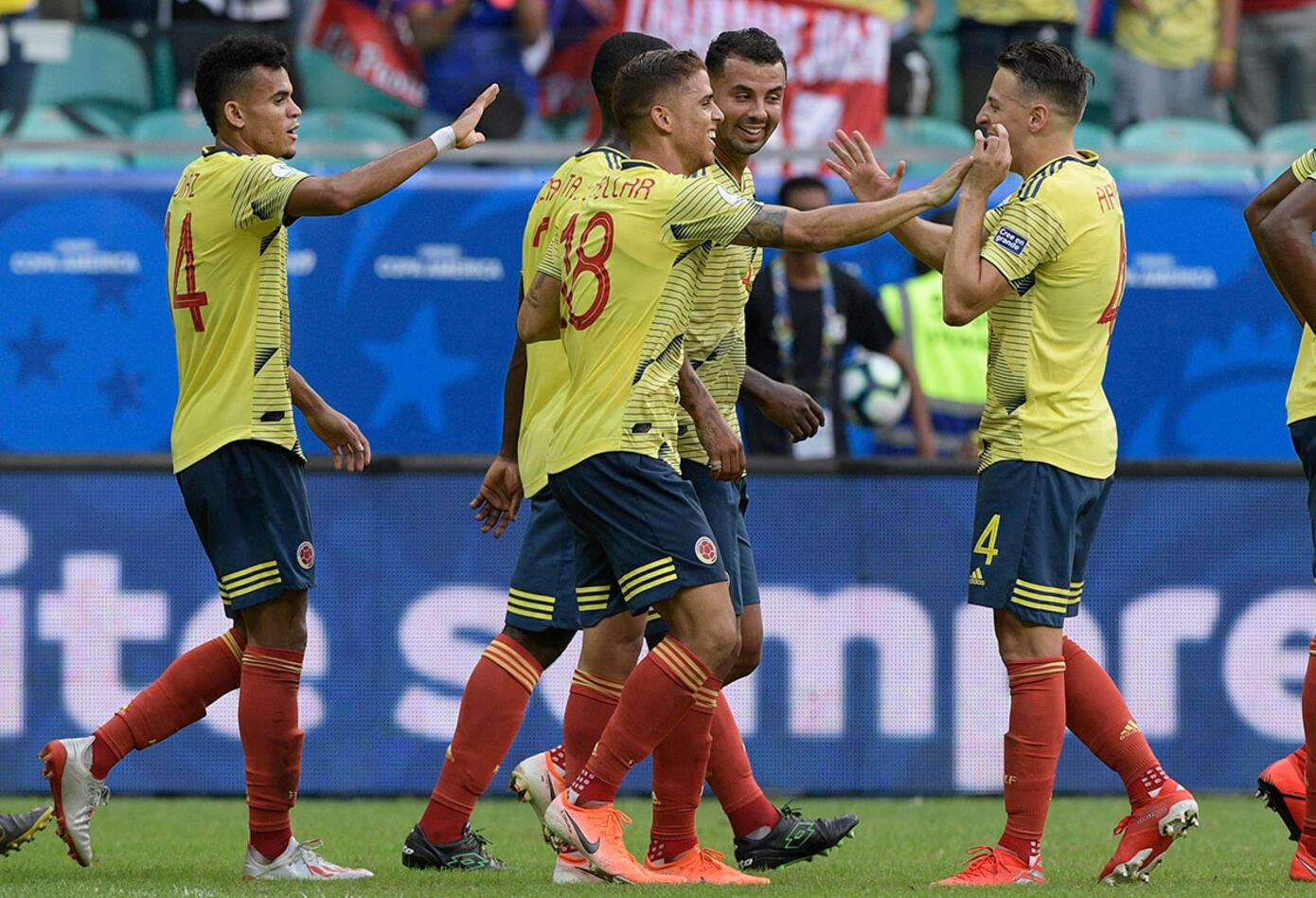 Selección Colombia festeja el gol ante Paraguay