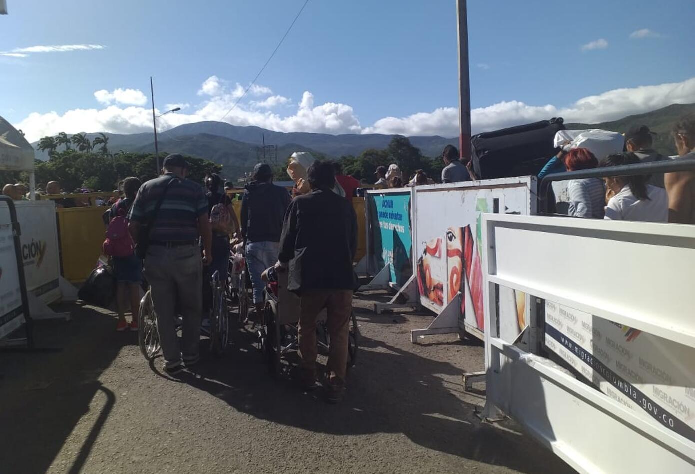Venezuela abre paso fronterizo para peatones, los containers en la zona no han sido retirados