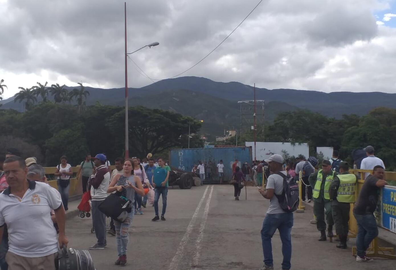Persisten largas filas en pasos fronterizos entre Colombia y Venezuela