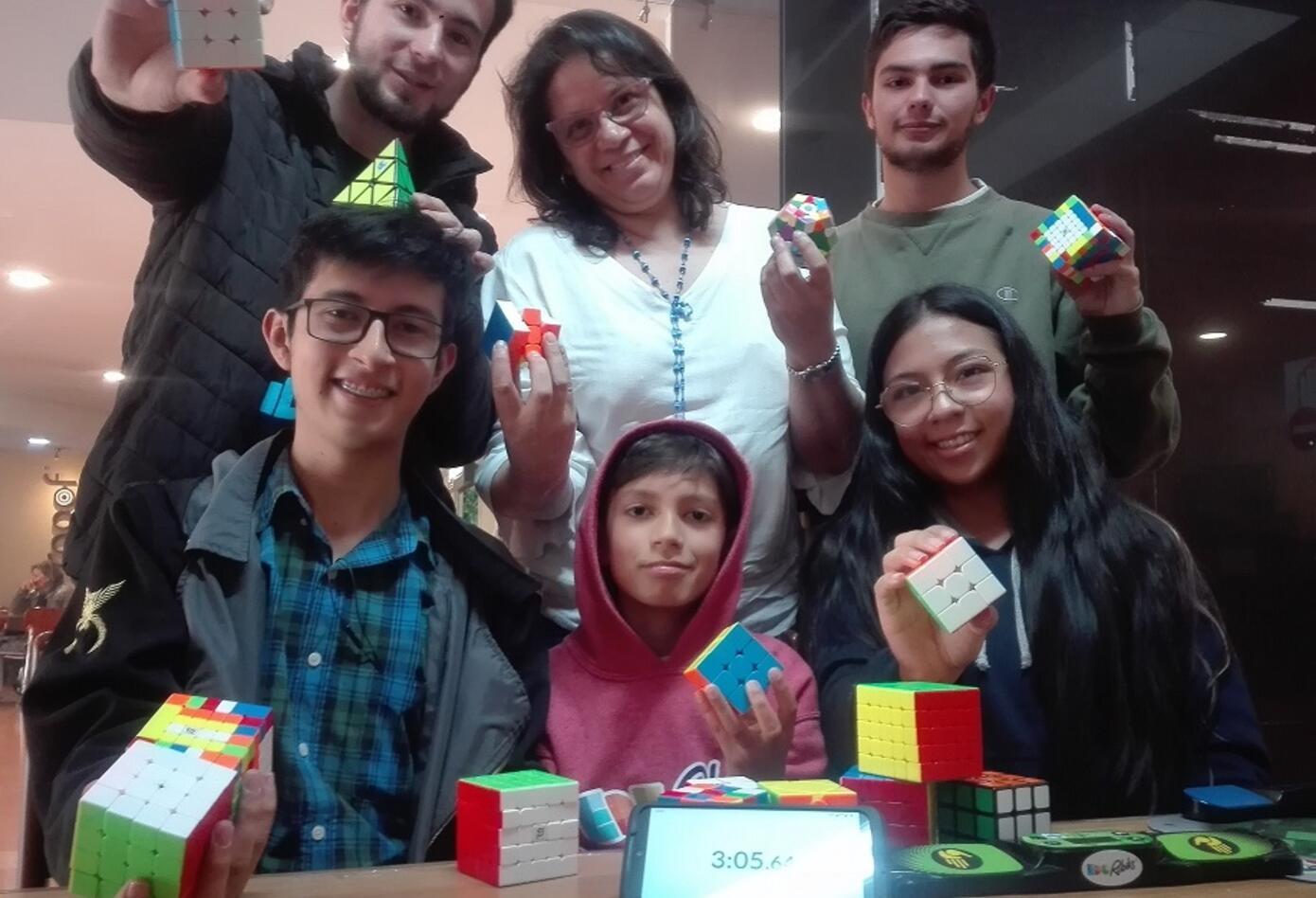 El cubo de rubik reúne a niños, jóvenes y adultos