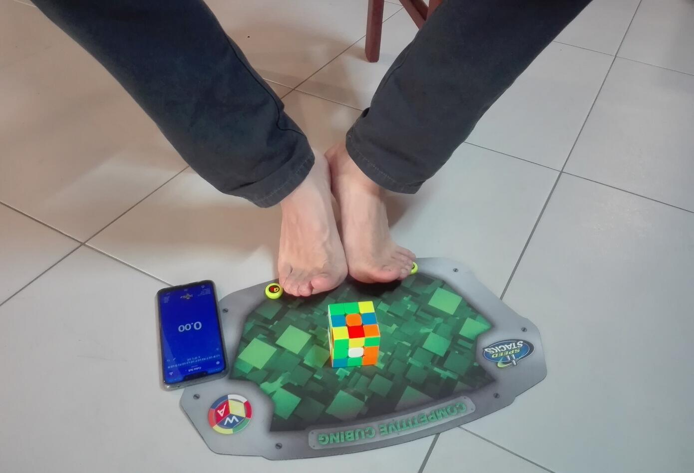 Una de las categorías del Speedcubing es armar el cubo con los pies