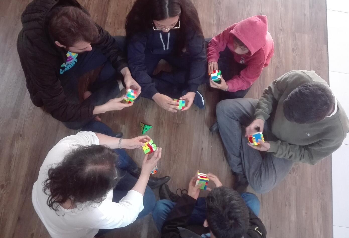 Practicar el Speedcubing desarrolla la agilidad mental y visomanual, entre otros
