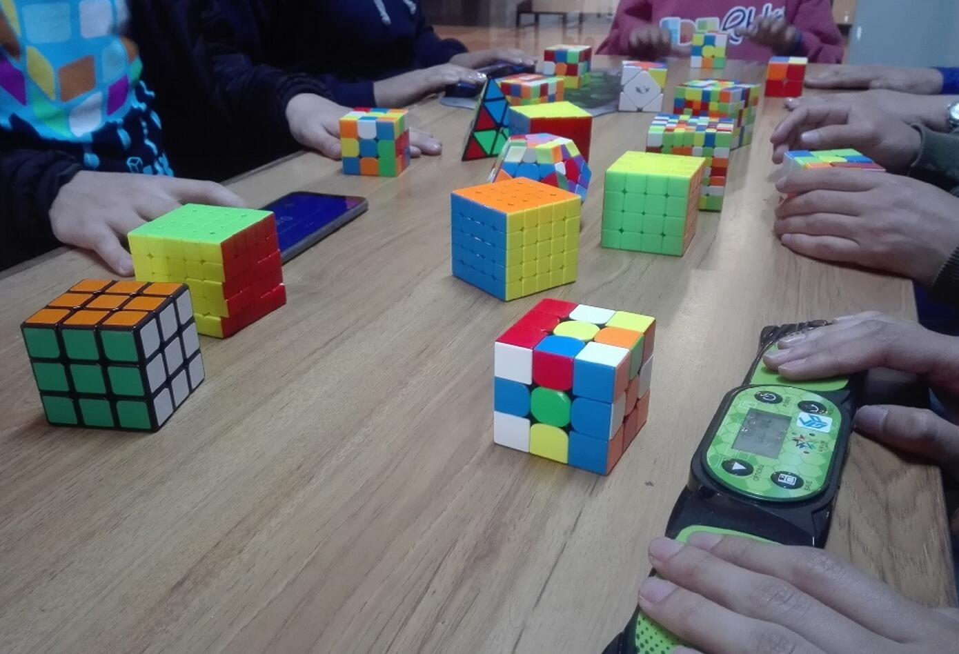 El cubo de rubik puede ser de 2x2, 3x3, 4x4, 5x5, 7x7, 12x12, entre otros.