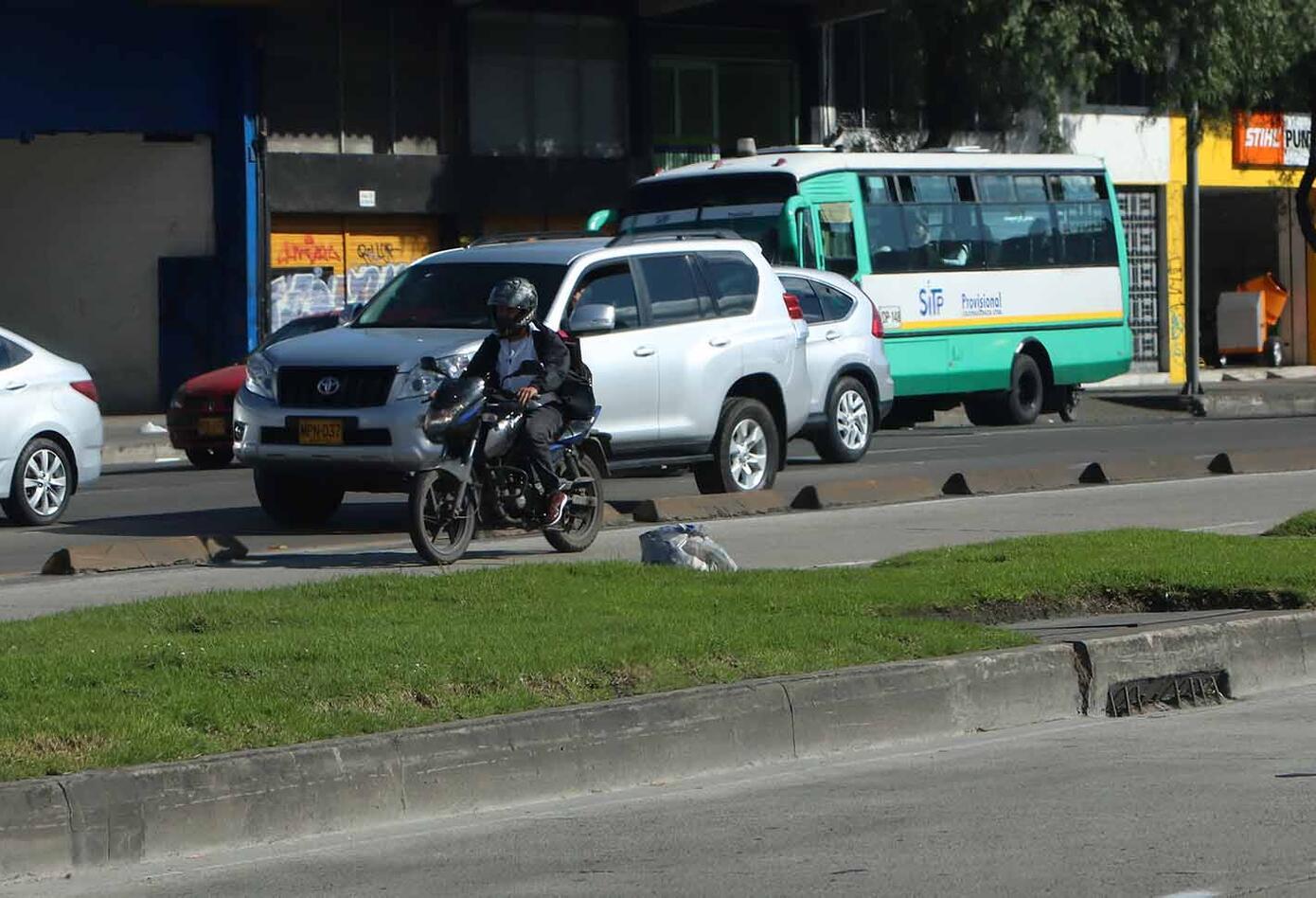Motociclista invadiendo el espacio público