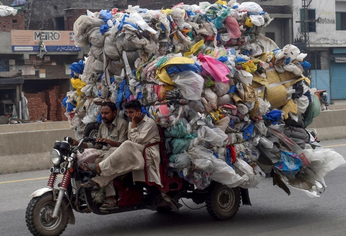 En el distrito verde y montañoso de Chitral, donde se firmaron dos decretos para prohibir las bolsas, todos en su mercado principal parecen tener una.