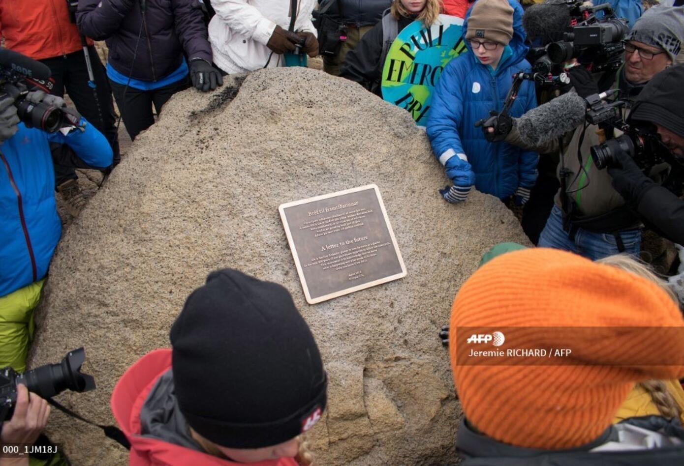 Islandia inauguró este domingo una placa en homenaje de Okjokull, primer glaciar de la isla que perdió su rango devorado por el calentamiento global.