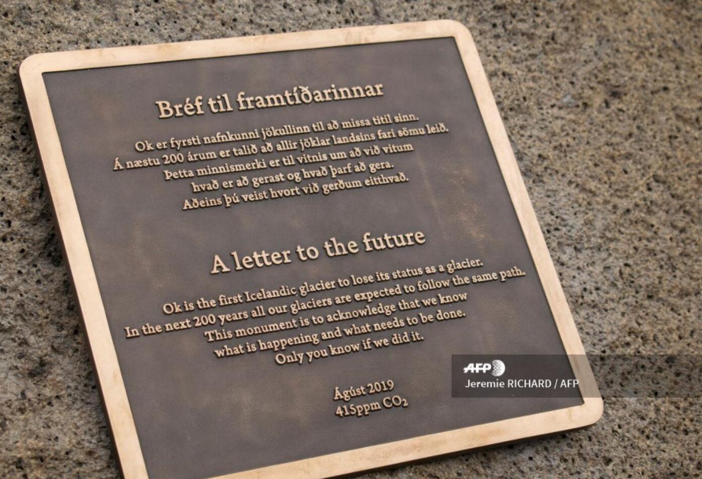 """La placa conmemorativa fue presentada por la tarde en el lugar del antiguo Okjokull (literalmente """"glaciar Ok"""" en islandés), en el oeste de la isla."""