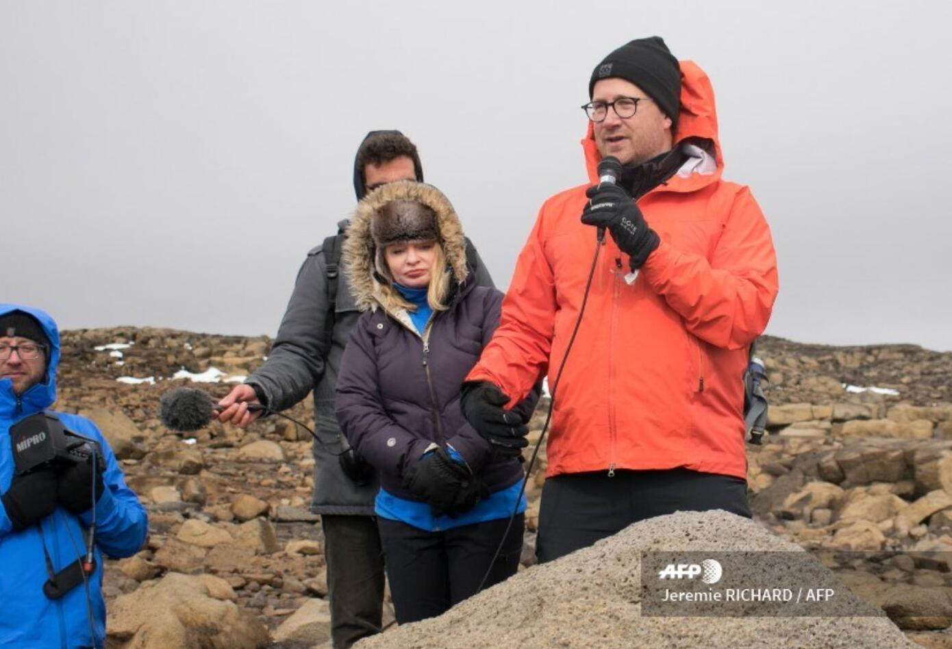 """""""Una carta para el futuro"""", es el título de la placa de los investigadores en Islandia."""
