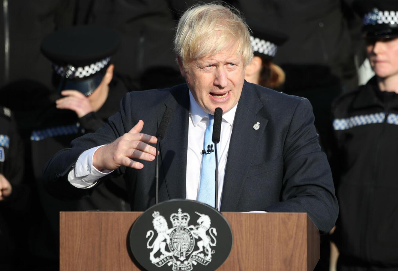 Policía casi se desmaya en discurso de Boris Johnson.