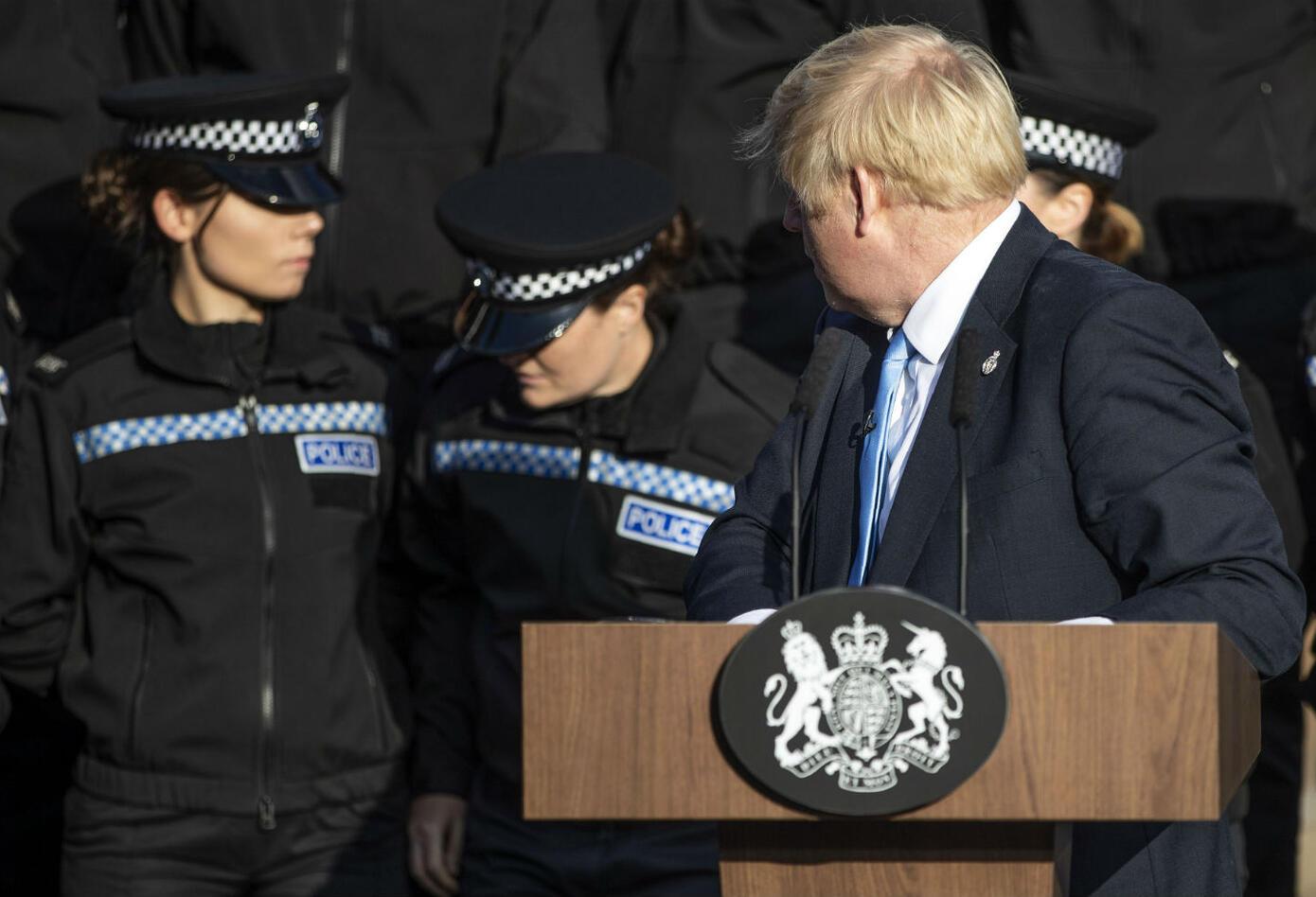 Policía casi se desmaya en discurso de Boris Johnson