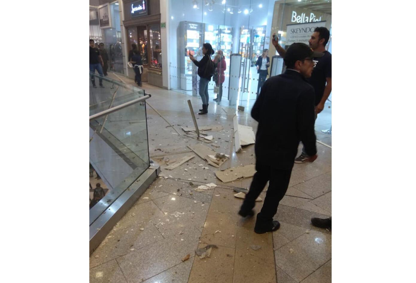 Emergencia en Unicentro por caída de techo