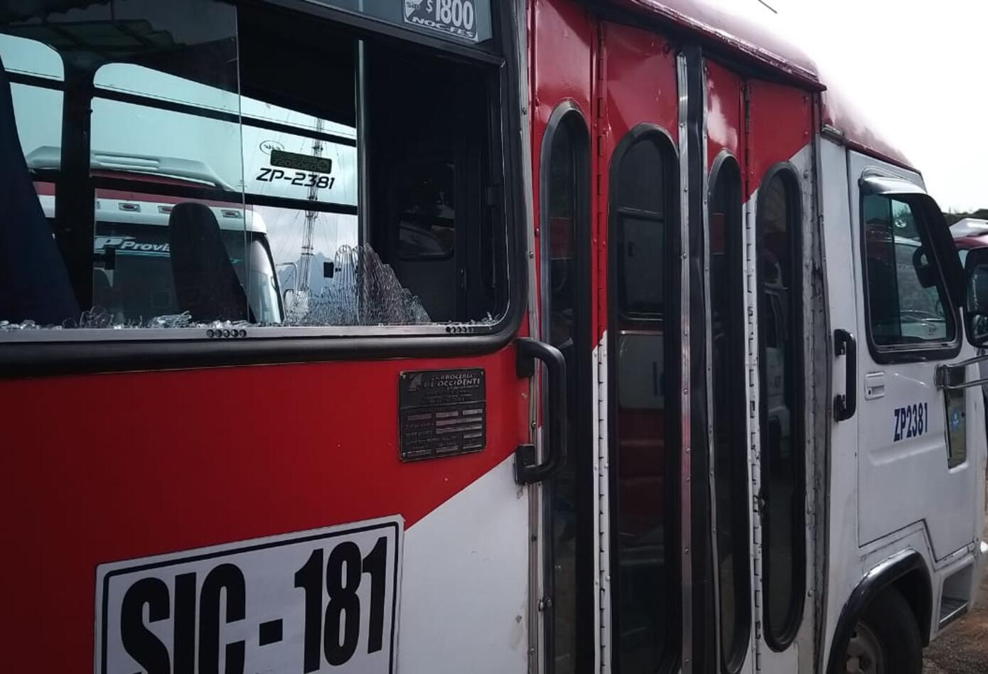 Bus vandalizado durante protestas en Soacha y Bogotá