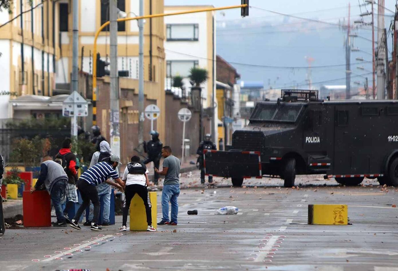 Los manifestantes bloquearon vías y arrojaron piedras a las autoridades.