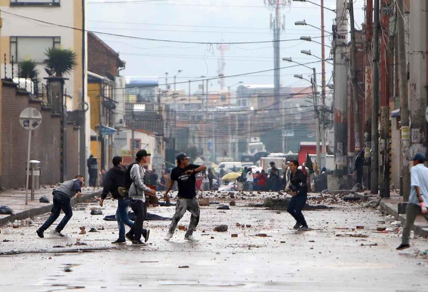 Comerciantes se enfrentaron a la Policía por un operativo anticontrabando.