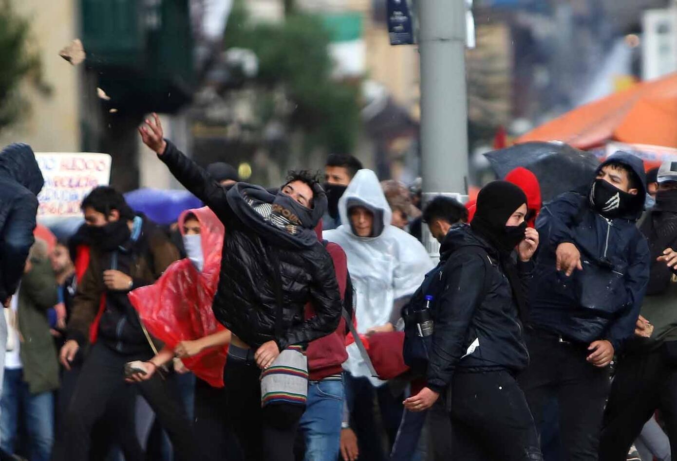 Marcha de estudiantes terminó en fuertes desmanes, en Bogotá