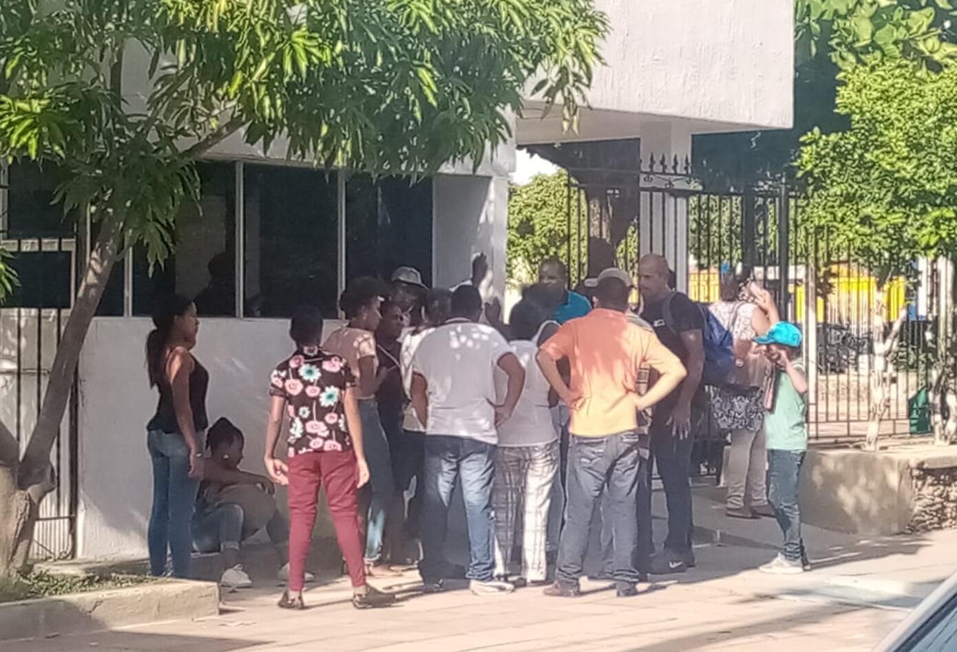 Familiares llegaron hasta medicina Legal de Riohacha para conocer los detalles de lo que pudo suceder