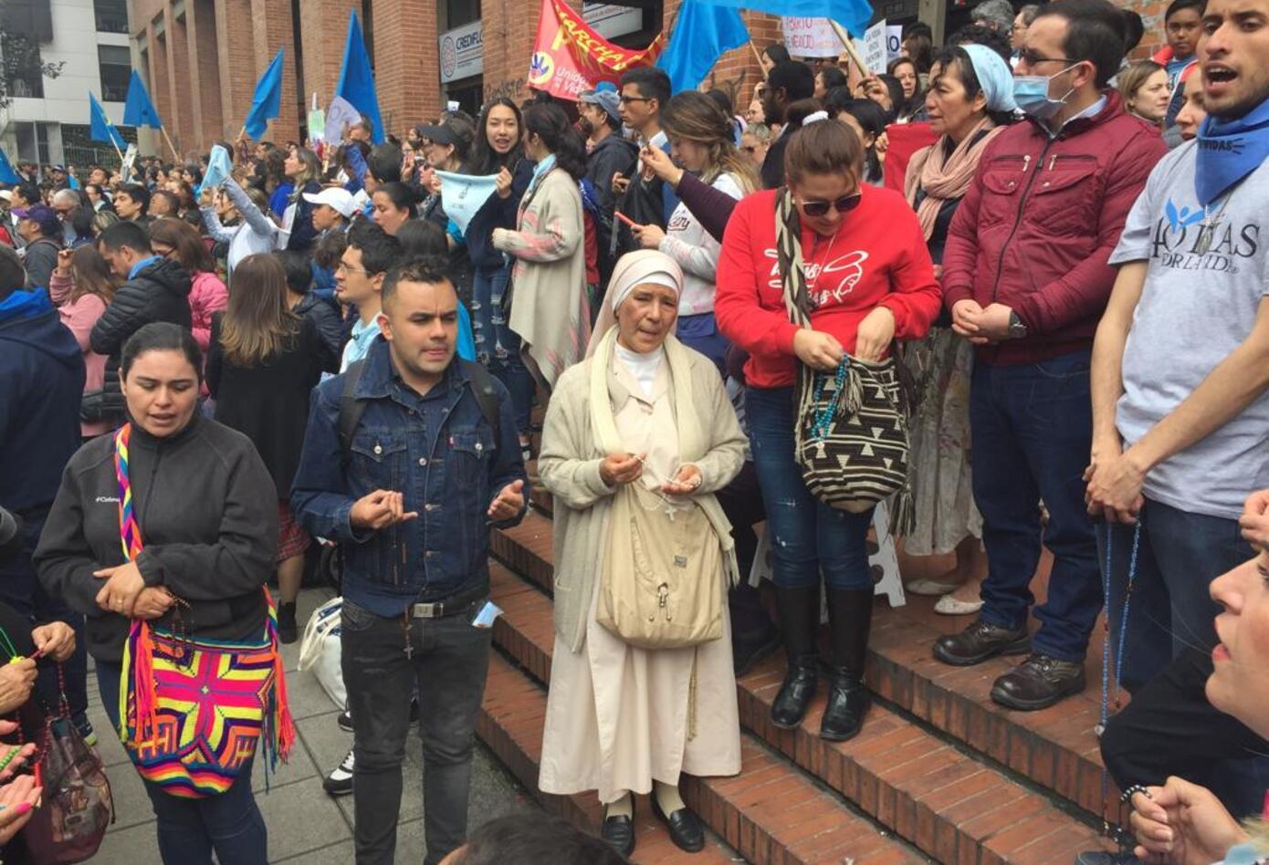 Católicos, cristianos y 'defensores de la vida' protestan contra el aborto en Bogotá.