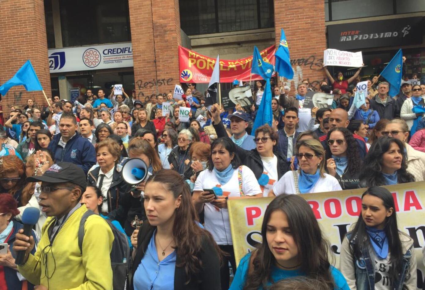 Grupos religiosos y anti-aborto protestan ante el Ministerio de Salud.