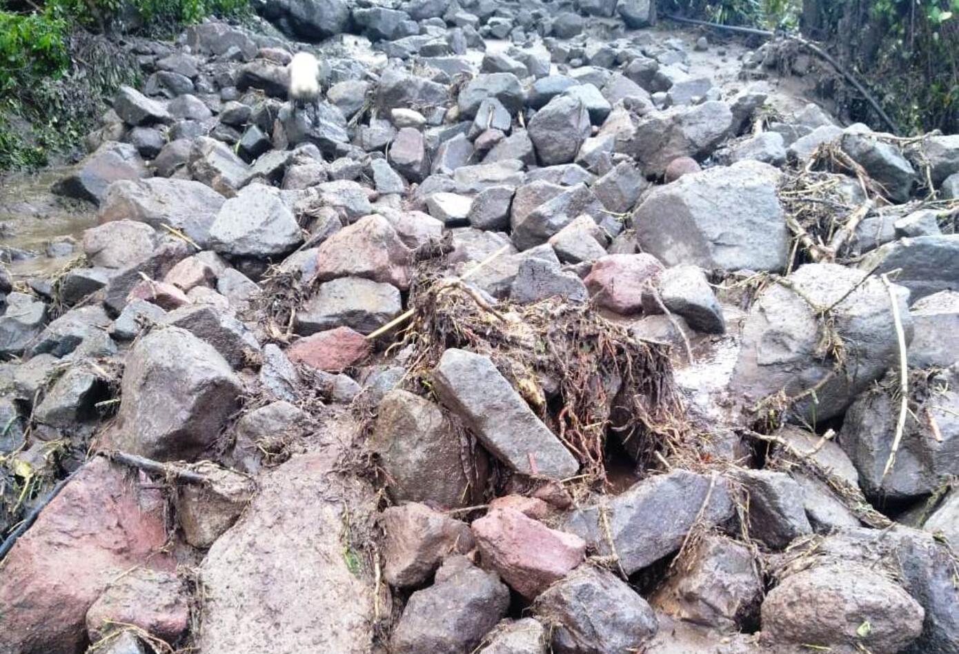 El río arrastro mucho material que afectó algunas vías veredales.