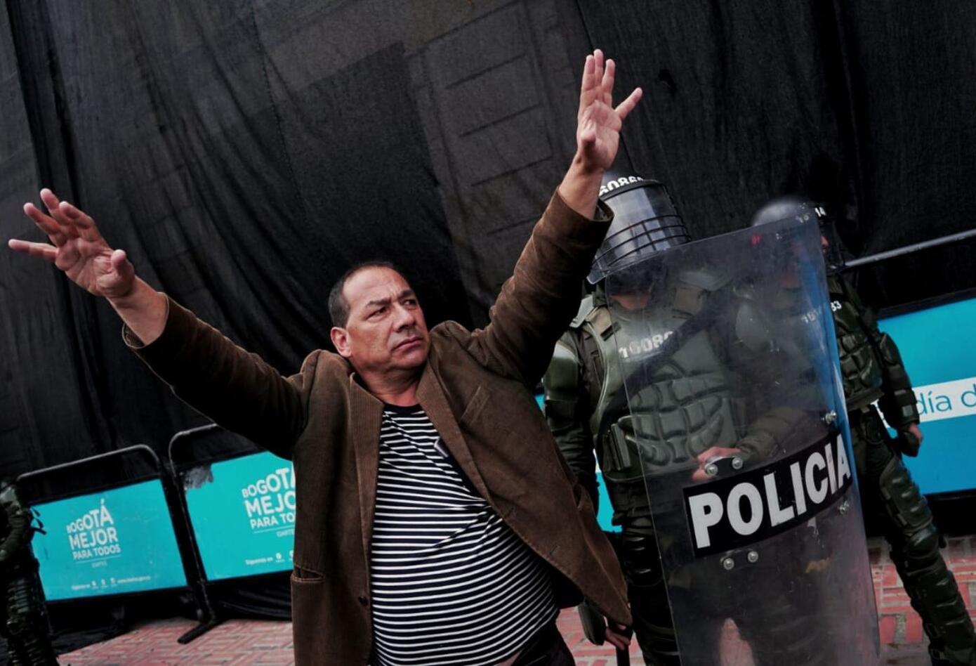 Algunas personas tratan de calmar los ánimos en la Plaza de Bolívar en medio del paro nacional.